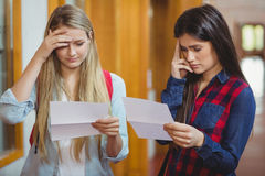 Besorgte Studenten, die Ergebnisse betrachten Stockfotografie