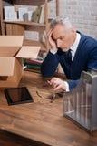 Besorgter Büroangestellter, der seinen beruflichen Weg analysiert Lizenzfreies Stockbild