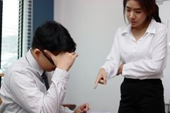 Besorgter deprimierter junger asiatischer Geschäftsmann wird mit Chef an Arbeitsplatz getadelt Stockfotografie
