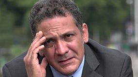 Besorgter erwachsener hispanischer Geschäftsmann stock video