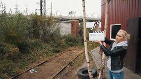 Besorgter Filmregisseurlauf, zum der Eisenbahn auszubilden und auf ihr zu erhalten Scharnierventilbrettmädchen stock video