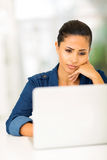 Besorgter Frauencomputer Stockfoto
