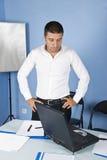 Besorgter Geschäftsmann im Büro Stockbild