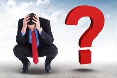 Besorgter Geschäftsmann mit 3d Fragezeichen auf seiner Seite Lizenzfreies Stockfoto