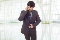 Besorgter Geschäftsmann am Telefon lizenzfreie stockfotos