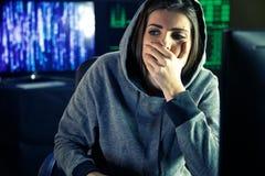Besorgter junger weiblicher Sonderling vor Schirm lizenzfreie stockfotos