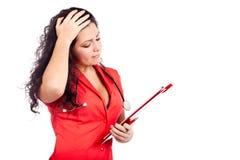 Besorgter Krankenschwester- oder Frauendoktor, der falsche Nachrichten erhält Stockfotos