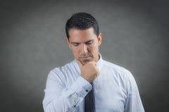 Besorgter LatinoGeschäftsmann Stockfoto