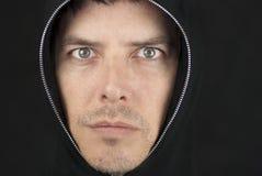 Besorgter Mann schaut zur Kamera Stockfotografie