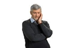 Besorgter reifer Mann auf weißem Hintergrund lizenzfreies stockfoto