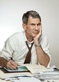 Besorgter unglücklicher Mann-Lohnlisten Stockfotos