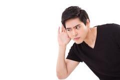 Besorgter, unglücklicher, nervöser Mann, der auf schlechte Nachrichten, Atelieraufnahme hört Lizenzfreies Stockbild