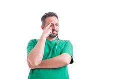 Besorgtes Doktordenken Stockfoto