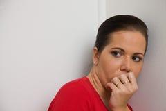 Besorgtes Frauensymbol der Gewalttätigkeit in der Familie Lizenzfreie Stockfotos