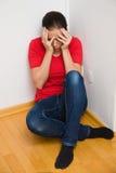 Besorgtes Frauensymbol der Gewalttätigkeit in der Familie Stockbild