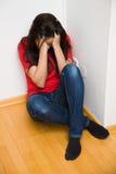 Besorgtes Frauensymbol der Gewalttätigkeit in der Familie Stockfotos