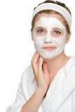 Besorgtes Jugendlichmädchen, das Gesichtsmaskereinigung anwendet Stockfoto
