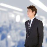 Besorgtes junges stattliches Leitprogramm lizenzfreie stockfotos