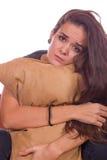 Besorgtes Mädchen, das Kissen umarmt lizenzfreie stockbilder