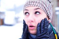 Besorgtes Mädchen in der Winterinstallation Lizenzfreies Stockfoto