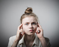 Besorgtes Mädchen im Weiß Lizenzfreie Stockfotografie