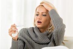 Besorgtes Mädchen mit Thermometer Stockfotos