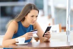 Besorgtes Mädchen, welches die Probleme zahlen auf Linie hat Lizenzfreies Stockbild