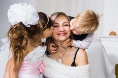 Besos para la madre querida y apacible fotos de archivo