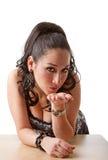 Besos que soplan de la mujer atractiva Foto de archivo