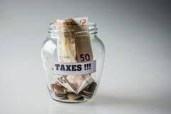 Bespaard geld voor belastingen stock afbeeldingen
