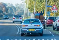Bespannter Buggy auf verkehrsreicher Straße lizenzfreies stockfoto