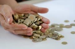 besparing Er zijn vele muntstukken in de mannelijke hand royalty-vrije stock foto