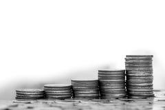 Besparing och affärsidé, växande graf för pengarmyntbunt Arkivbild
