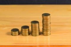 Besparingar ökande kolonner av guld- mynt, högar av guld- mynt a Fotografering för Bildbyråer
