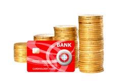 Besparingar, ökande kolonner av guld- mynt och röd kreditkort Arkivbild