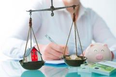 Besparingar eller fastighetsinvesteringbegrepp royaltyfri bild