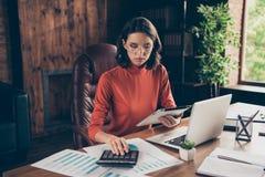 Besparingar för kontroll för framstickande för den Portarit betalar allvarliga koncentrerade marknadsföraren högsta strategi för  royaltyfria bilder