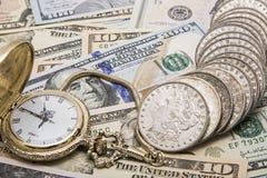 Besparingar för silverdollar för klocka för Tid pengarledning Royaltyfri Fotografi