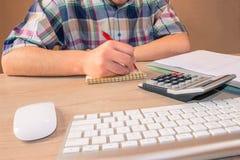 Besparingar, finanser, ekonomi och hem- begrepp Man med räknemaskinen Royaltyfri Fotografi