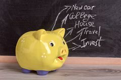 Besparingar i gul moneybox arkivfoto