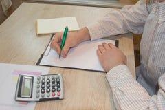 Besparingen, financiën, economie, Bedrijfs en huisconcept - mens met calculator tellend geld en thuis het maken van nota's Stock Fotografie