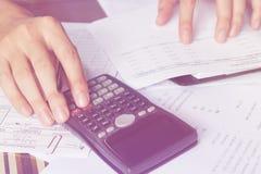 Besparingen, financiën, economie en bureauconcept Bedrijfs mensen die op calculator tellen Royalty-vrije Stock Afbeelding