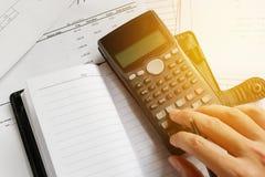 Besparingen, financiën, economie en bureauconcept Bedrijfsmensen c Stock Afbeelding