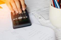 Besparingen, financiën, economie en bureauconcept Bedrijfsmensen c Stock Foto's