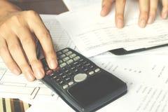 Besparingen, financiën, economie en bureauconcept Bedrijfsmensen c Stock Fotografie
