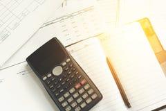 Besparingen, financiën, economie en bureauconcept Bureau met Royalty-vrije Stock Afbeelding
