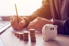 Besparingen, financiën, economie en huisbegroting stock afbeeldingen