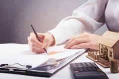 Besparingen, financiën, economie en huisbegrotingsconcept - sluit omhoog van vrouw het tellen bij calculatorverliezen, maken van  Stock Afbeelding
