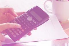 Besparingen, financiën, economie en huisconcept - sluit omhoog van mens die met calculator die nota's in de crisis thuis de maken Stock Foto