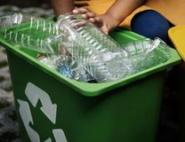 Besparingen van het recyclings verminderen de Plastic Milieu Troep Stock Afbeeldingen